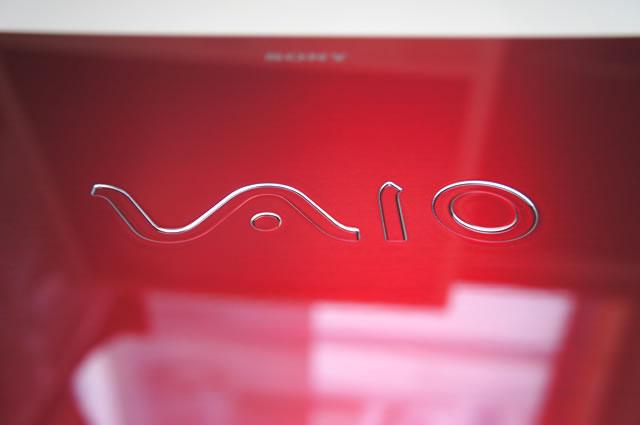 VAIO Fit 14   red edition ダイヤモンドカットのVAIOロゴ