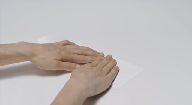 女性の手が紙をパタンパタンと折っていく