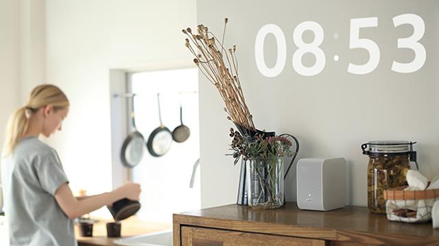 テーブルや床に投写する新しい映像の楽しみ方 ポータブル超短焦点プロジェクター「LSPX-P1」