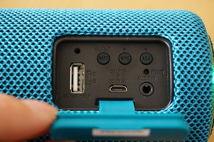 背面の蓋を開けると、USB端子(外部充電用)、オーディオ入力端子があります。