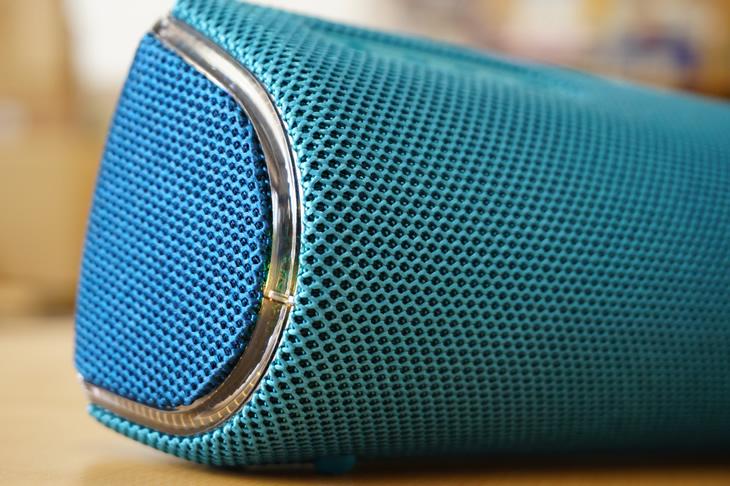 本体は汚れや傷に強く耐久性があり、音の効率もいいファブリック素材を使用