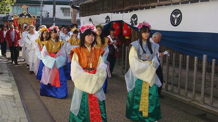 御霊神社本宮 秋祭りでは、天平時代の服装で練り歩く『天平行列』も行われます。